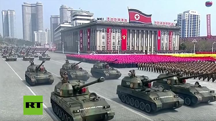 Un general norcoreano supuestamente despedido aparece junto a Kim Jong-un en desfile militar (VIDEO)