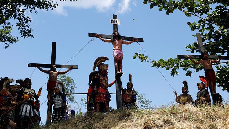 Los filipinos se crucifican en una polémica reconstrucción del Viernes Santo (FUERTE VIDEO)