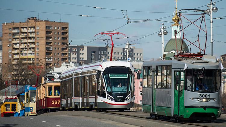 Espectacular desfile de tranvías antiguos en el centro de Moscú (IMÁGENES)