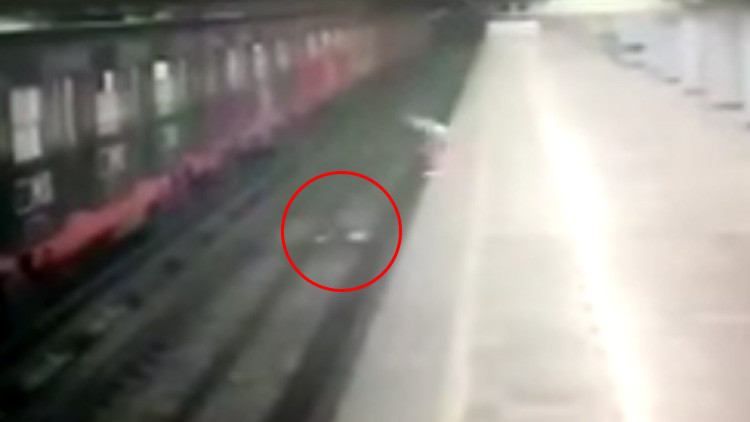 Una mujer lanza a su hijo a las vías de tren y luego se lanza ella (VIDEO)