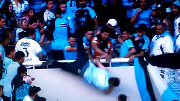 Argentina: Un hincha sufre muerte cerebral tras ser arrojado desde la tribuna de un estadio (VIDEO)