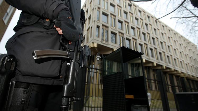Un bebé 'terrorista' de tres meses, citado por la Embajada de EE.UU. en Londres