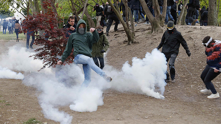 Policía reprime con gas lacrimógeno a manifestantes contra Le Pen