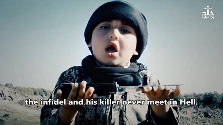 Publican un escalofriante video en el que un niño de 6 años ayuda a decapitar a presioneros del EI