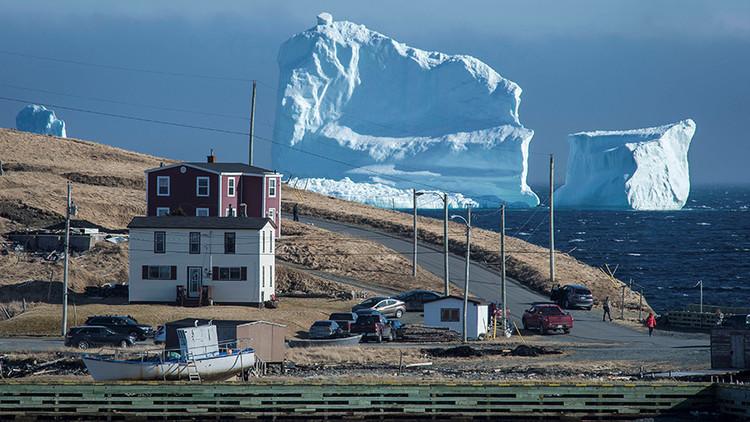 Ver para creer: Este iceberg gigante es lo mejor que le pudo haber pasado a este pueblito (FOTOS)