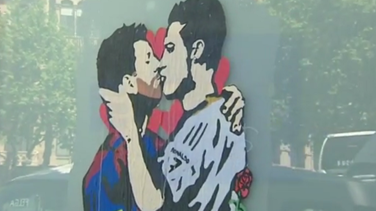 El beso entre Messi y Cristiano Ronaldo que desconcierta a los barceloneses (VIDEO)