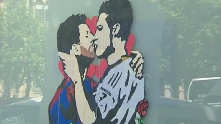 El beso entre Messi y Cristiano Ronaldo que desconcierta a los barceloneses (VIDEO)