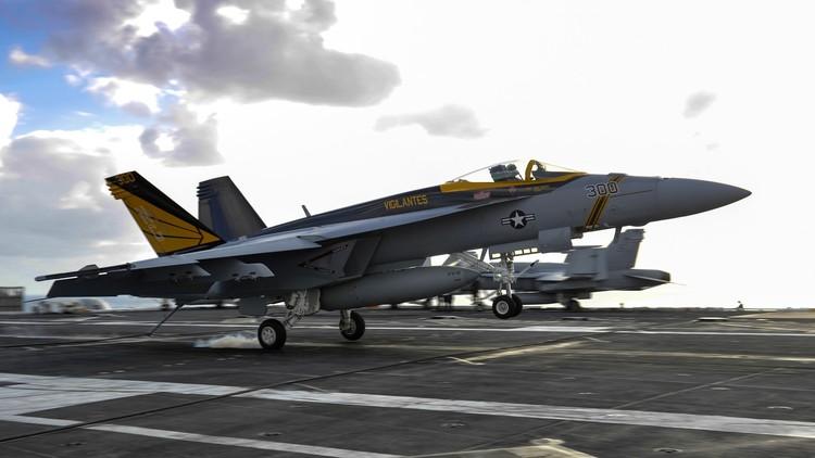 Un caza F-18 del portaviones USS Carl Vinson se estrella cerca de Filipinas