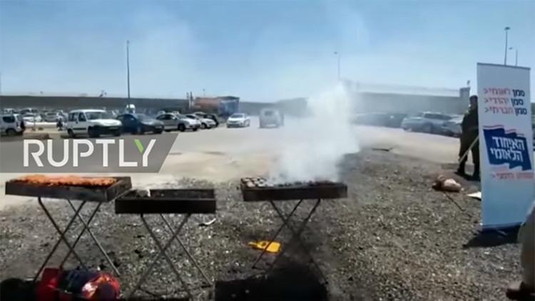 Israelíes preparan una barbacoa fuera de una prisión donde palestinos hacen huelga de hambre (video)