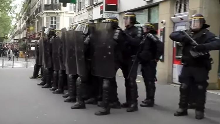 Lanzan granadas de humo en una protesta en París en vísperas de las elecciones