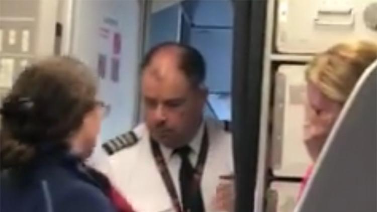 VIDEO: Una disputa entre un empleado de American Airlines y una pasajera casi termina mal