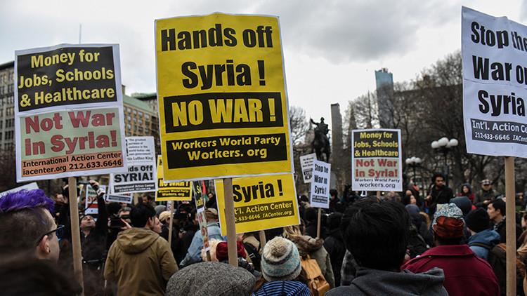 """""""Publican todas las noticias falsas"""": Protestas en EE.UU. contra las mentiras sobre Rusia y Siria"""