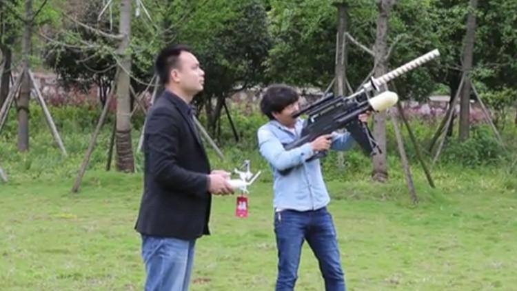 Video: Presentan en China un rifle electrónico para cazar drones