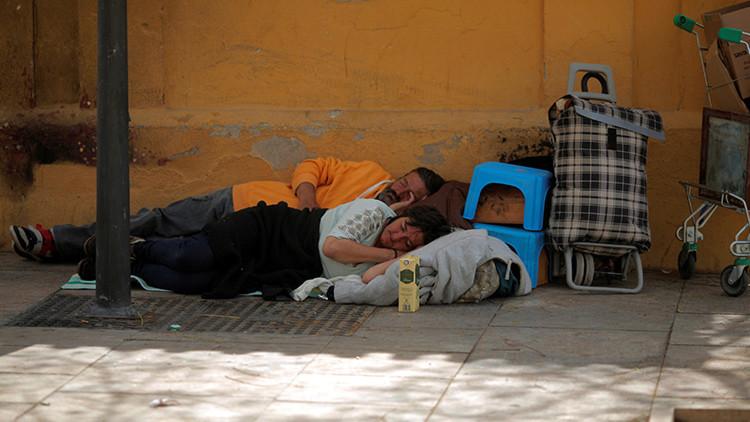 Un ayuntamiento español denuncia a personas sin techo por comer en la calle o dormir entre cartones