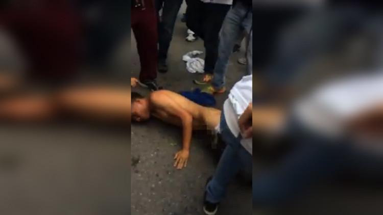 "Opositores venezolanos dan brutal golpiza a joven por ""chavista"""