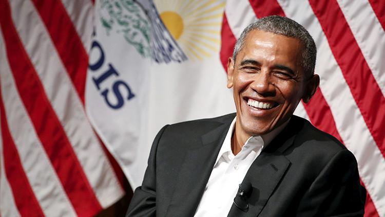 Obama hace su primera aparición pública como expresidente y evita mencionar una palabra