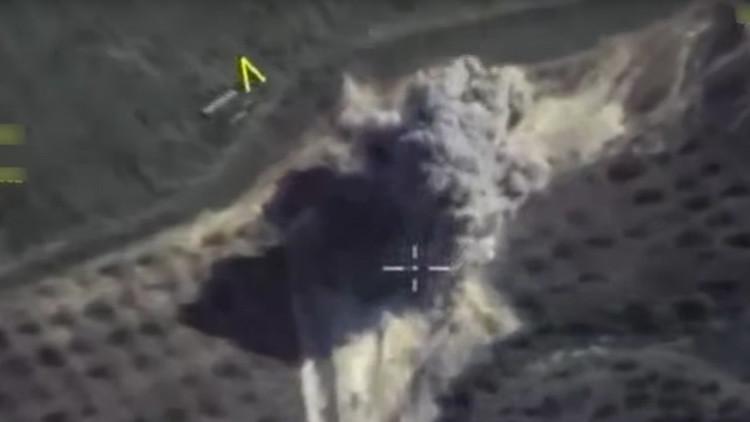 Video: Un misil guiado ruso 'entierra' a varios terroristas en una montaña