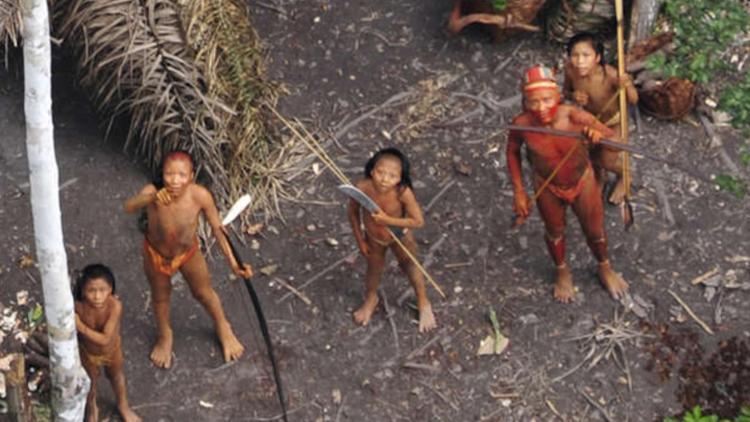 O governo brasileiro abandona índios isolados à mercê de madeireiros e agroganaderos