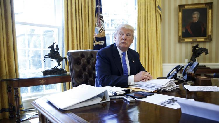 ¿Para qué sirve el botón rojo del escritorio de Trump?