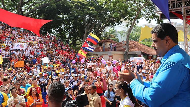 Mujeres venezolanas marchan en apoyo a la paz y a Nicolás Maduro
