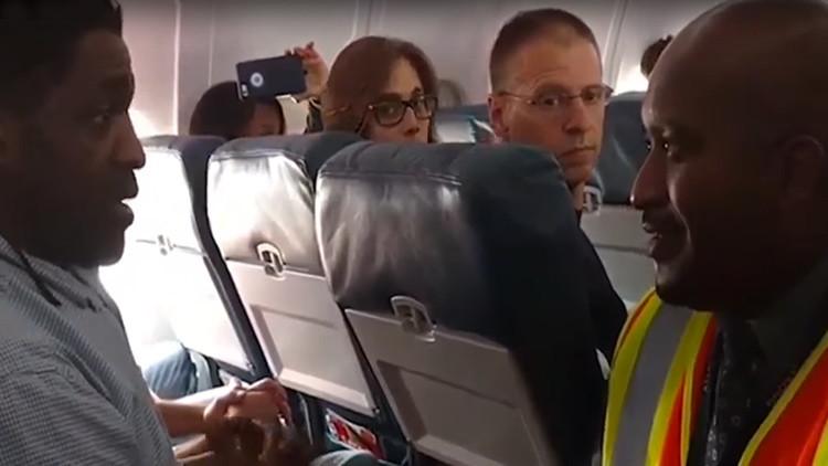 EE.UU.: Delta Airlines expulsa a un pasajero por ir al baño antes de despegar (VIDEO)