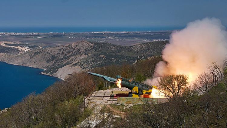 Un misil de crucero ruso destruye un buque frente a las costas de Crimea (Video)