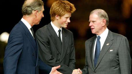 El príncipe Carlos (izquierda), el príncipe Harry (centro) y el exembajador estadounidense William Farish (derecha) en 2002