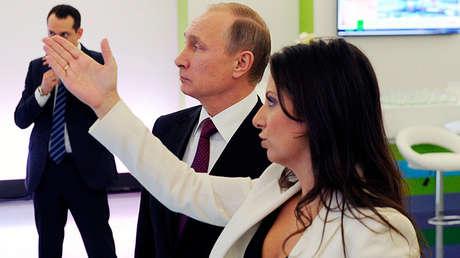 El presidente de Rusia, Vladímir Putin, y la directora de RT, Margarita Simonián, en Moscú, el 10 de diciembre de 2015.