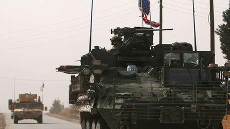 Varios vehículos del Ejército de EE.UU. se dirigen al norte de la ciudad de Manbij, Siria, el 9 de marzo de 2017.