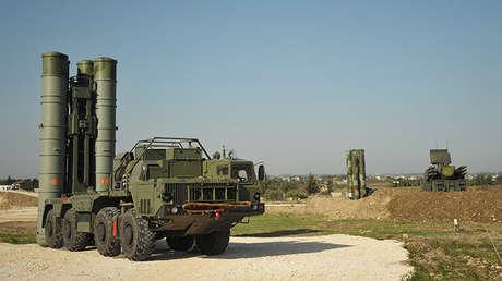 Sistema antiaéreo ruso S-400 desplegado en la base rusa de Jmeinim, Siria