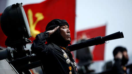 Un soldado saluda durante un desfile militar en Pionyang (Corea del Norte), el 15 de abril de 2017.