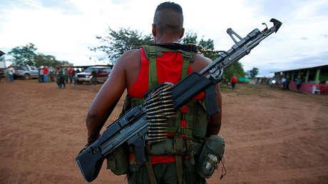 Un guerrillero llega a un campamento de las FARC para participar en un congreso para ratificación del acuerdo de paz, el 16 de septiembre de 2016.