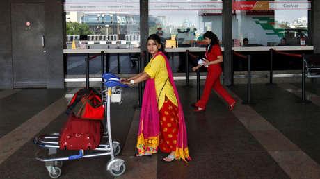 Una pasajera camina con su equipaje en el aeropuerto internacional de Mumbai.
