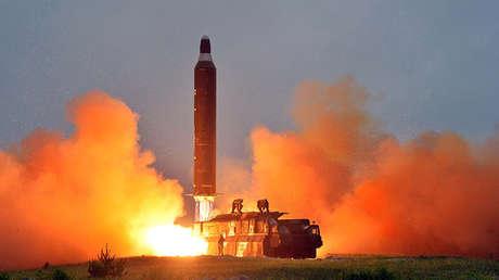 Lanzamiento de prueba del misil balístico Hwasong-10 en Corea del Norte.