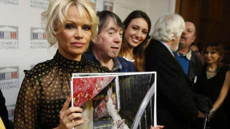 Pamela Anderson junto a defensores de los derechos animales.