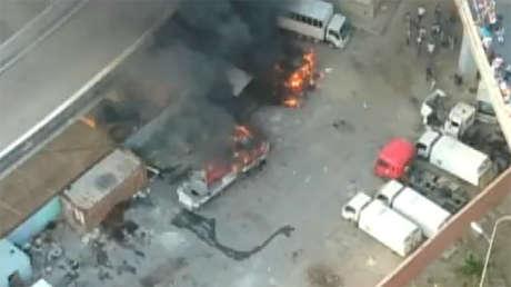 Varios vehículos quemados tras los ataques de sectores radicales de la oposición en Caracas, Venezuela.