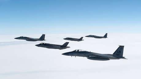La formación de dos F-35A Lightning II y tres Eagles F-15C sobre el Reino Unido.