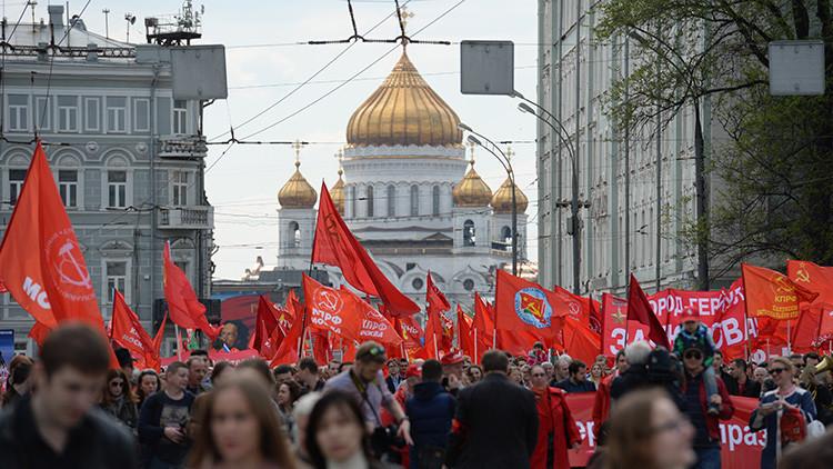 Moscú: Miles de personas marchan por la Plaza Roja con motivo del 1.º de mayo