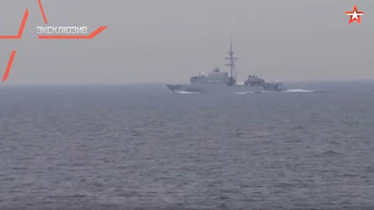"""VIDEO: Un buque de la OTAN """"cruza el paso"""" a una fragata rusa en aguas neutrales"""