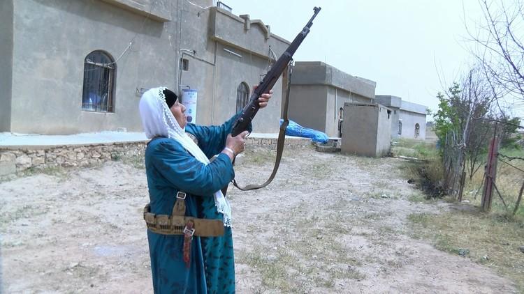 VIDEO: Mujeres iraquíes toman las armas para proteger su ciudad del Estado Islámico