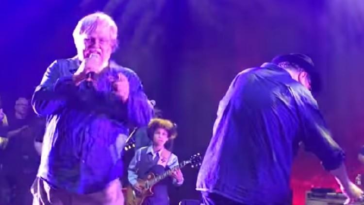 FUERTE VIDEO: Un músico sufre un infarto mortal en pleno show y la banda continúa tocando