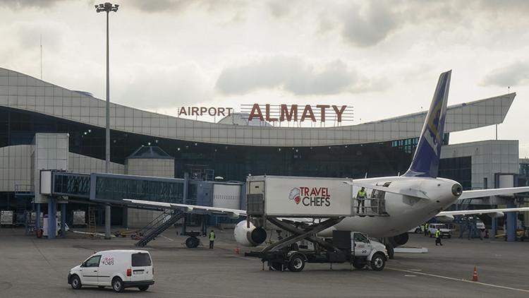 Un exembajador afgano en Kazajistán bromeó sobre la presencia de una bomba en su equipaje