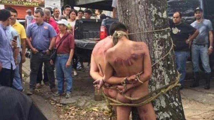 """Venezuela: La fotografía de los hombres amarrados a un árbol es un """"falso positivo"""""""