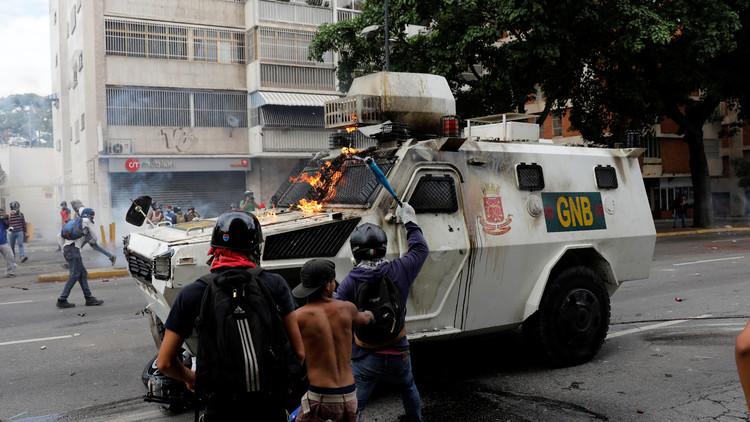 FUERTES IMÁGENES: Grupos violentos de la oposición arremeten contra tanquetas en Caracas