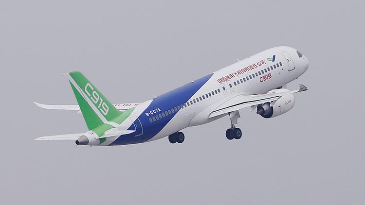 VIDEO: El primer avión comercial de pasajeros chino de tamaño medio se estrena en el aire