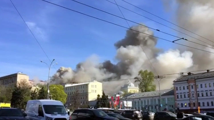 VIDEO: Se registra un intenso fuego cerca del Kremlin de Moscú