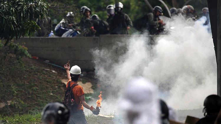 Venezuela: Filman cómo un grupo violento prepara bombas molotov en Caracas