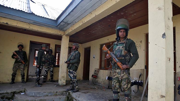 """FUERTES IMÁGENES: Milicianos armados torturan a """"informantes"""" de la Policía india"""