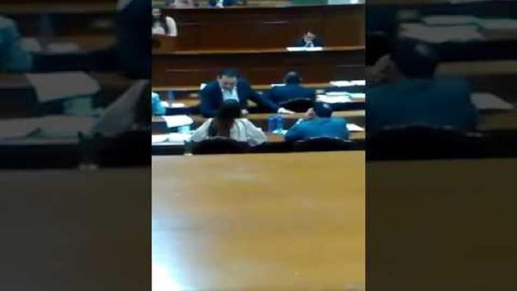 México: Difunden el supuesto acoso de un diputado del PRI a una compañera en plena sesión (VIDEO)