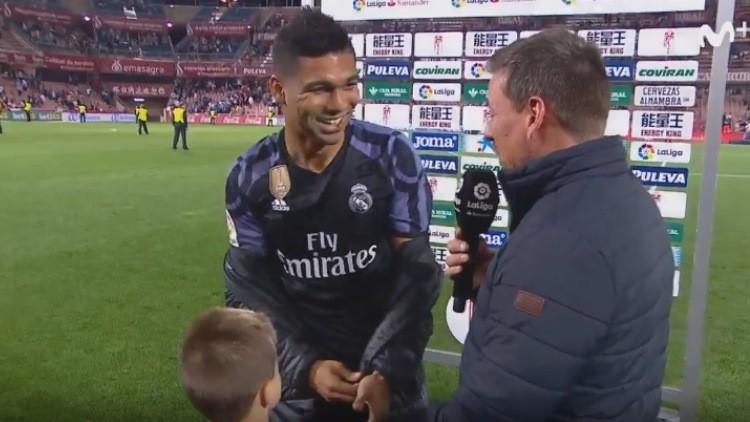 Un niño interrumpe una entrevista con un jugador del Real Madrid para pedirle la camiseta